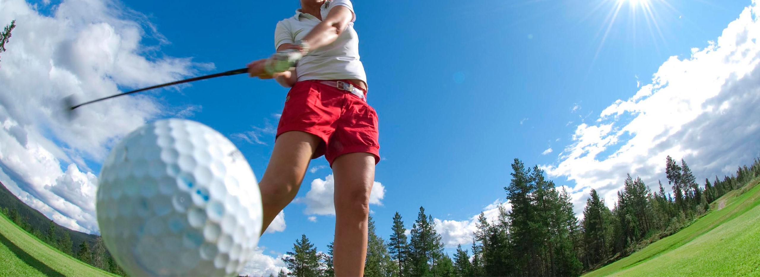 dame spiller golf i Trysil