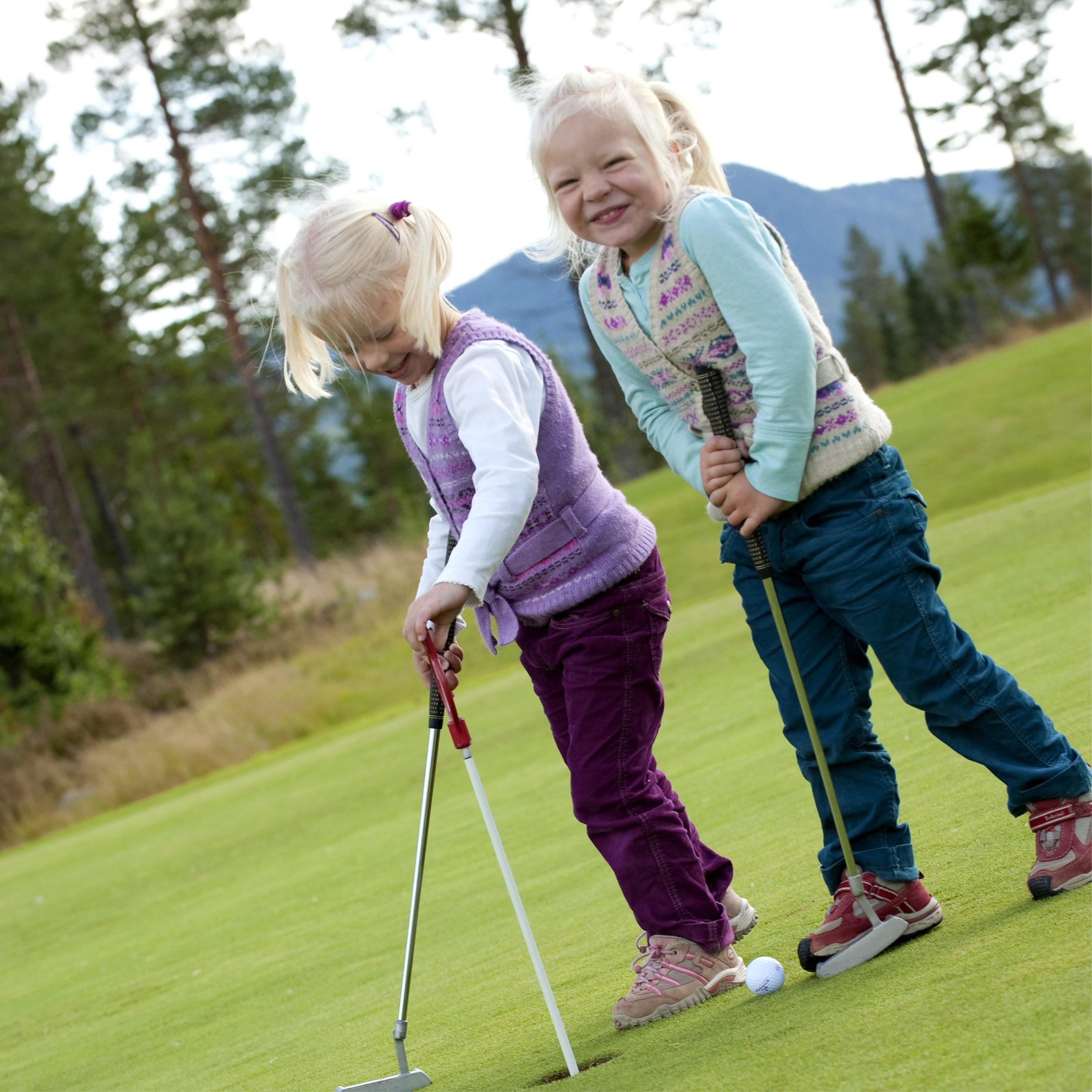 barn spiller golf i Trysil