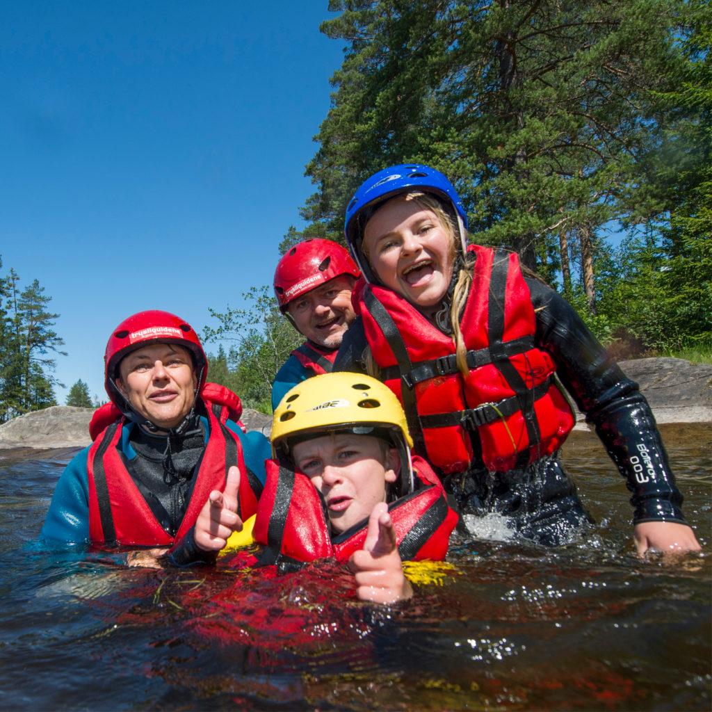 fornøyd familie på rafting i trysil