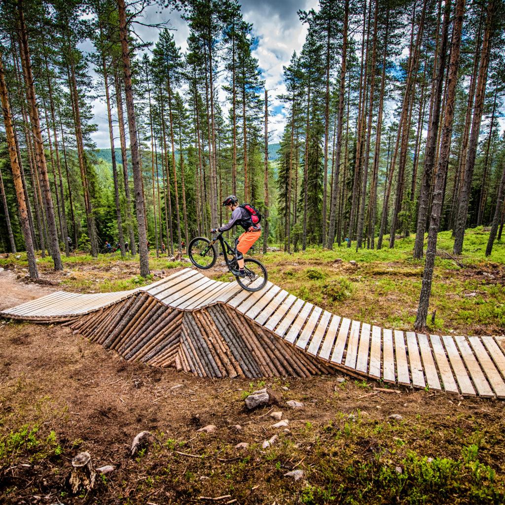 Gutt sykler i Magic Moose sykkelpark i Trysil
