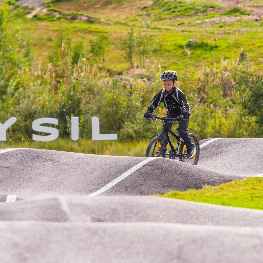Gutt sykler i sykkelpark i Trysil