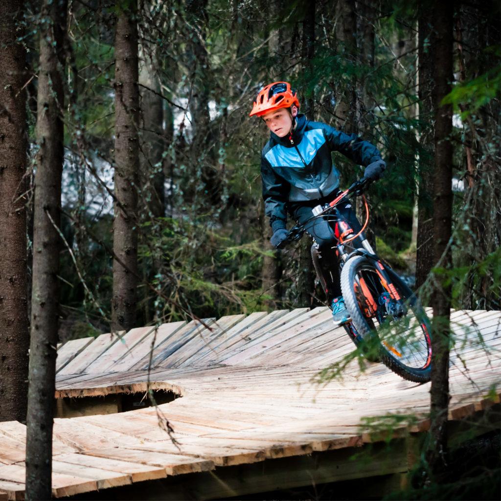 Gutt sykler i Gullia sykkelpark i Trysil