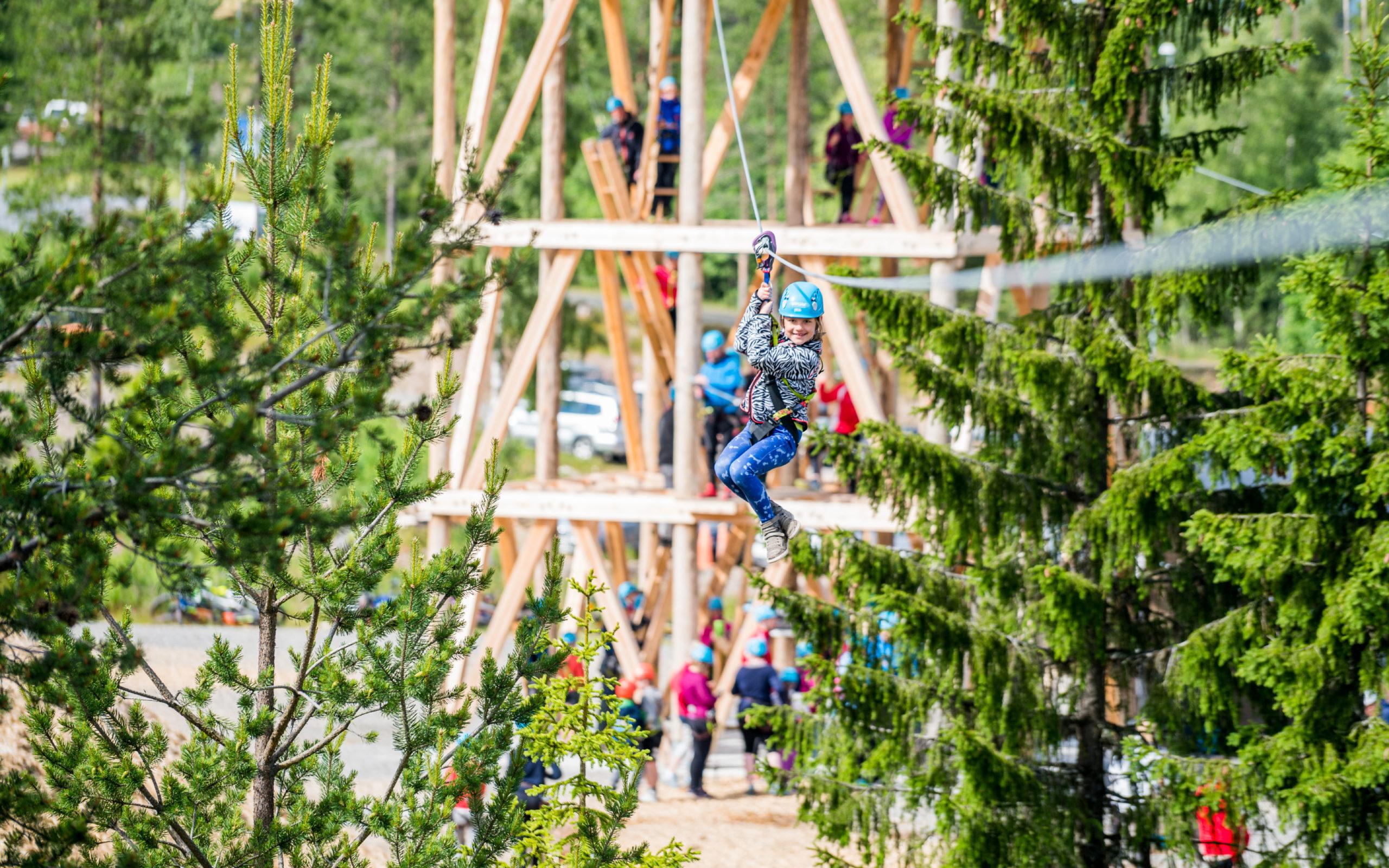 Barn i klatreparken i Trysil