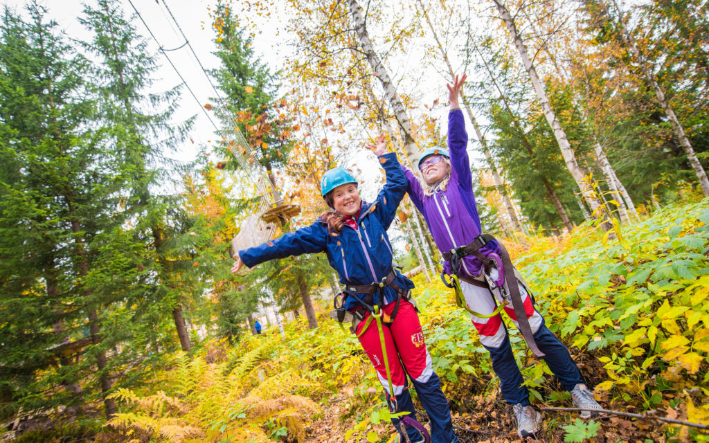 Fornøyde jenter i klatreparken i Trysil