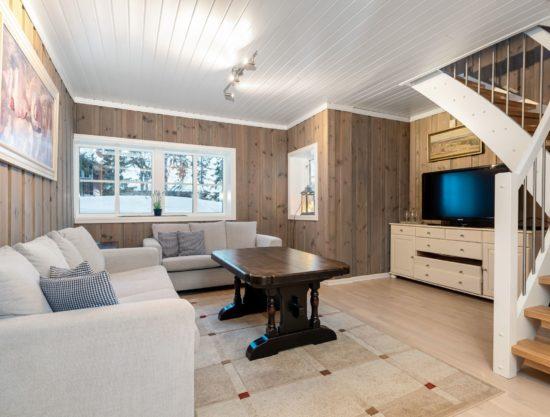 stue med trapp opp, hytte i Trysil til leie, Ugla 960B