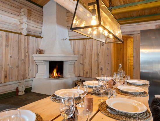 Bilde av spisebord med peis - Fageråsen 366C - Lei hytte i Trysil