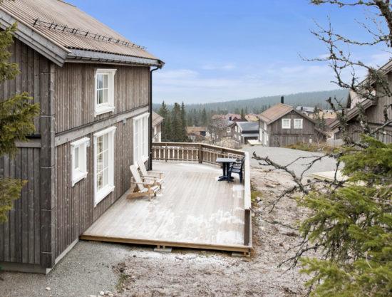 Bilde av fasade ute med stor terrasse - Fagerhøy 1181- Lei hytte i Trysil