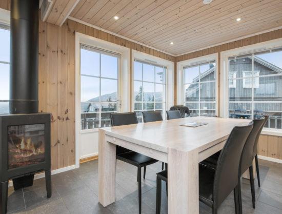 Bilde av spisebord og peis - Fagerhøy 1181- Lei hytte i Trysil