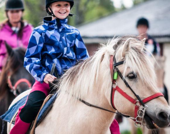 Jenter koser seg på ridetur i Trysil