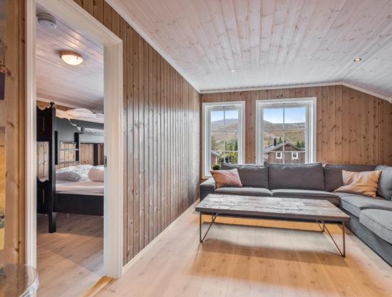 Bilde av stue og inngang soverom - Fageråsen 922A - Lei hytte i Trysil