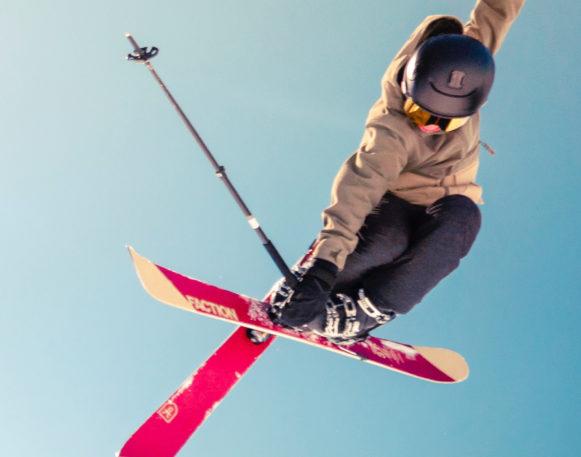 mann hopper på alpint i trysil