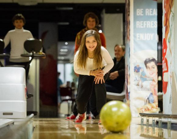 jente som spiller bowling i trysil