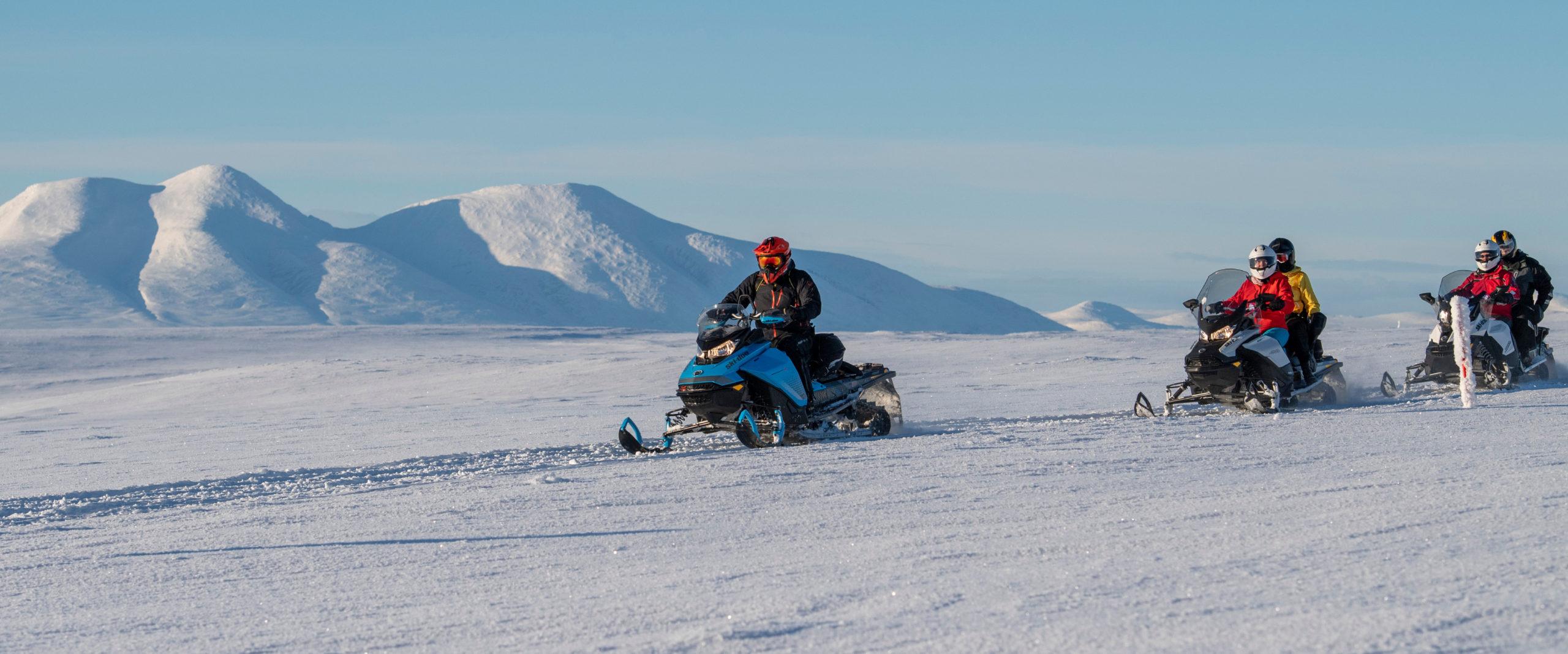 Bilde av flere på guidet snøscootertur i Engerdal, arrangert av BookTrysilOnline