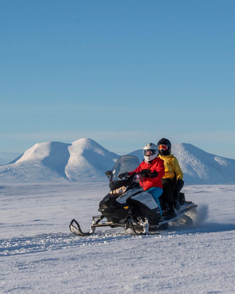 På toppen av fjellet i Engerdal på snøscootertur, arrangert av bookTrysilonline