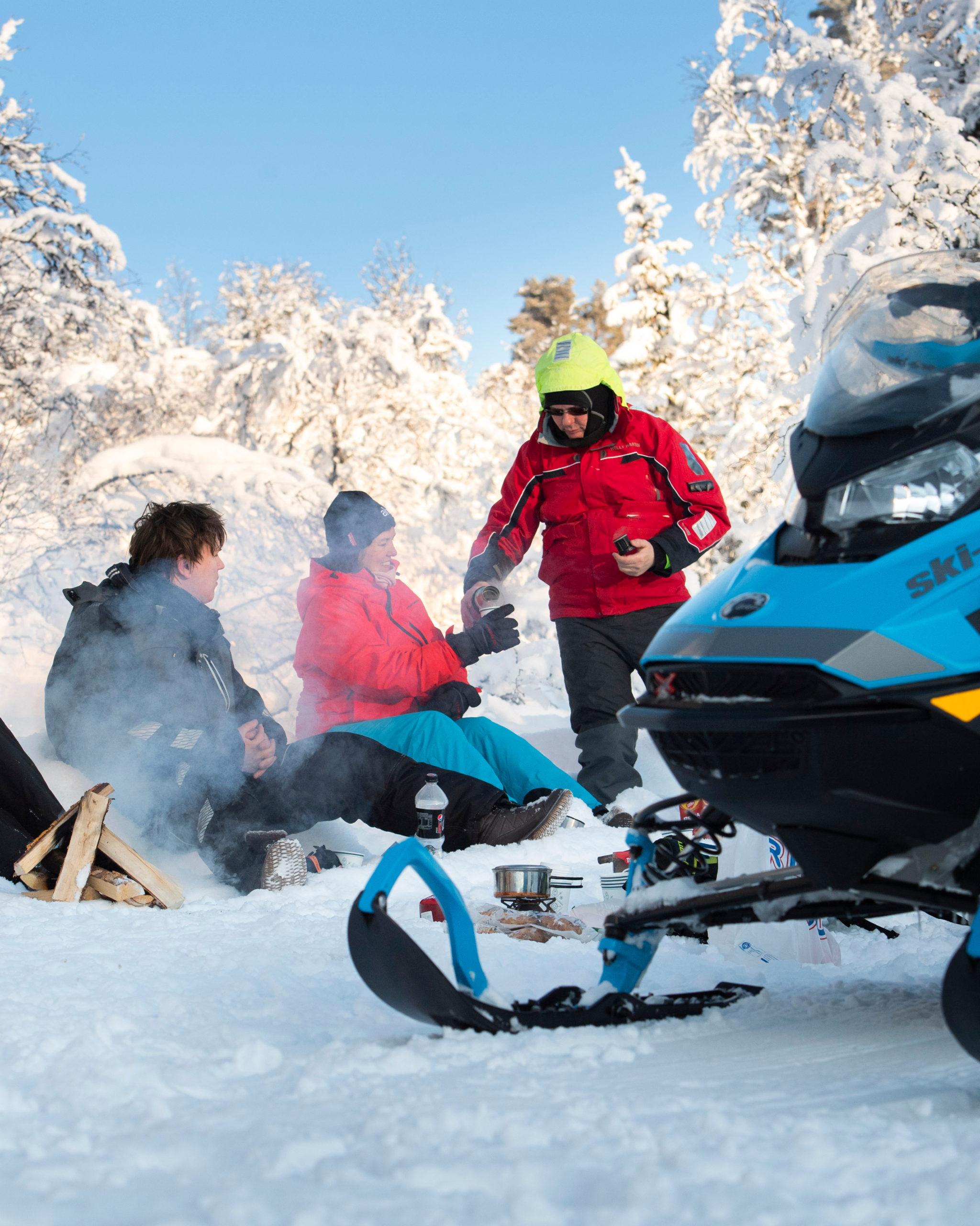 Flere tar seg en pause på guidet snøscootertur i Engerdal, arrangert av booktrysilonline