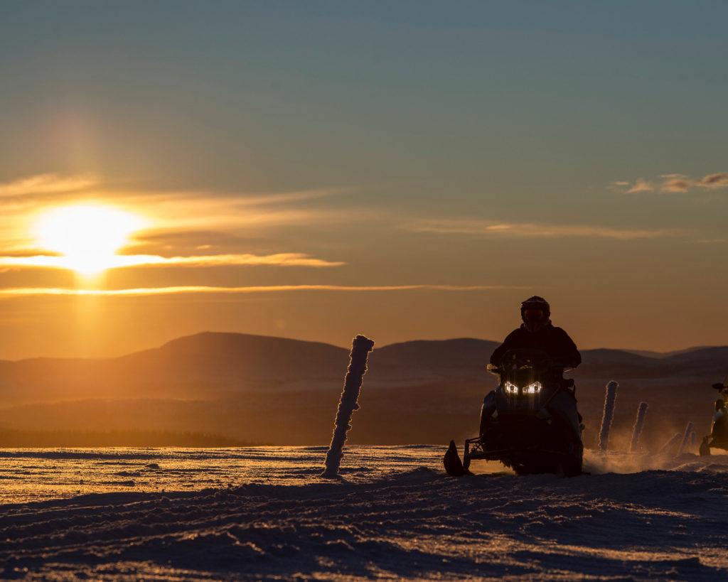 Bilde av en på snøscootertur i solnedgangen, i Engerdal, arrangert av bookTrysilonline