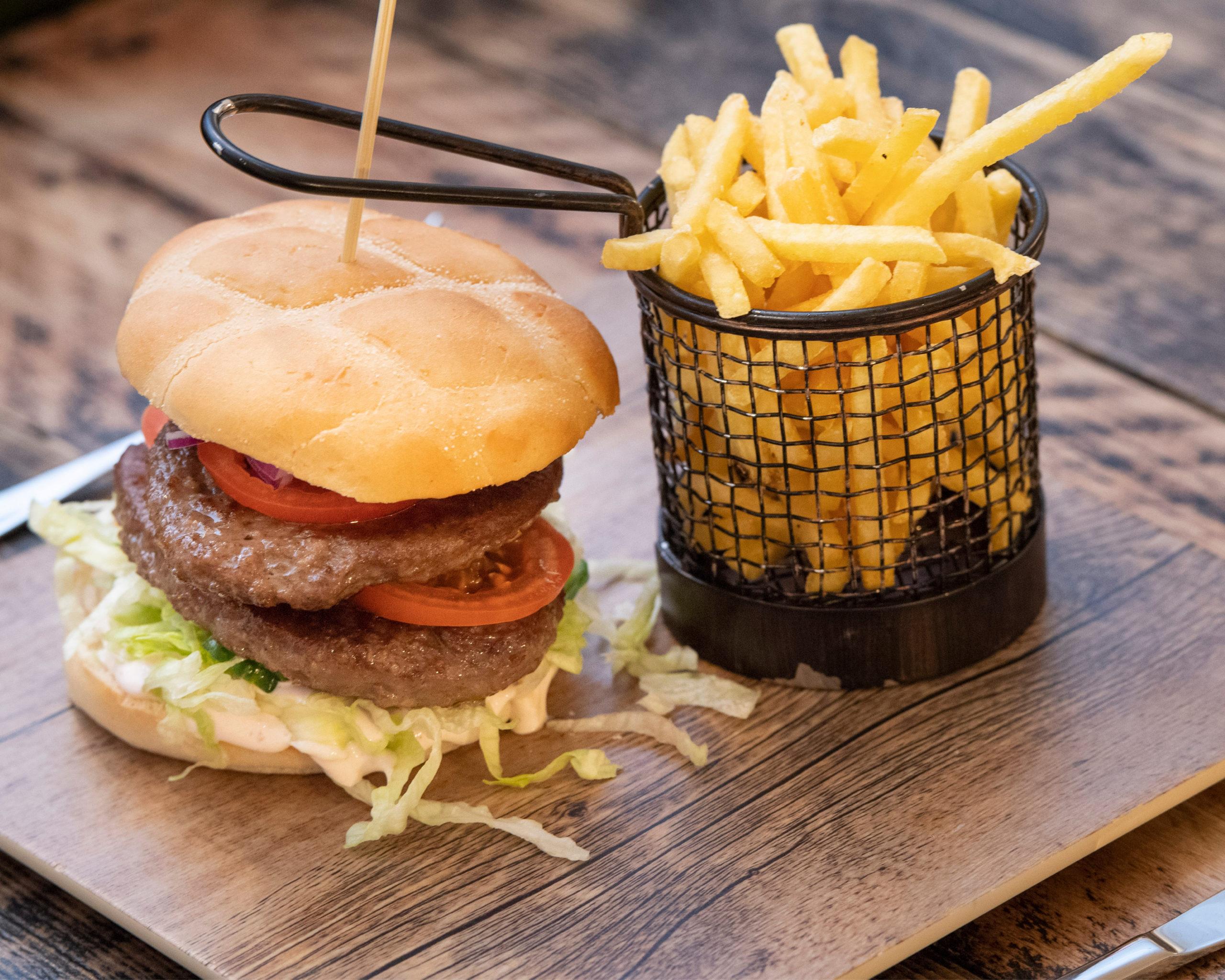 Bilde av hamburger og pommes frites til lunsj på Guidet snøscootertur i Engerdal, arrangert av bookTrysilonline