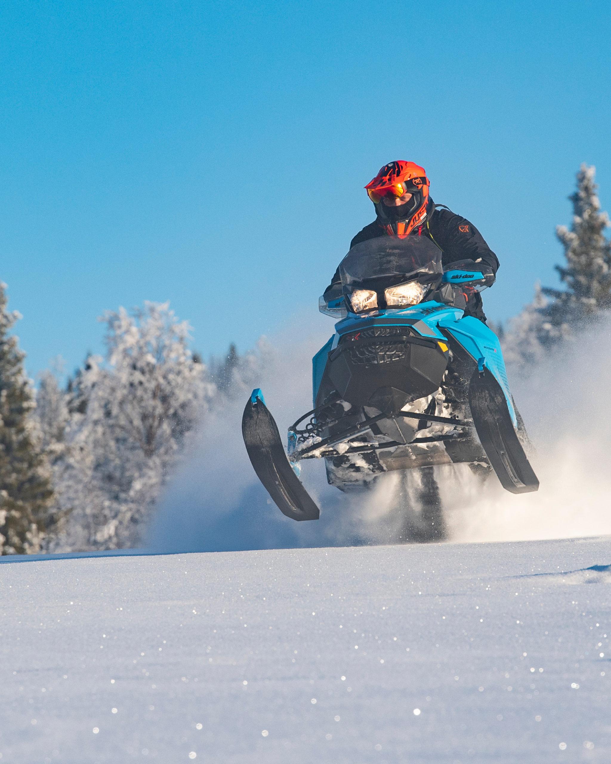 Bilde av en mann som hopper på snøscotoertur i Engerdal, arrangert av bookTrysilonline