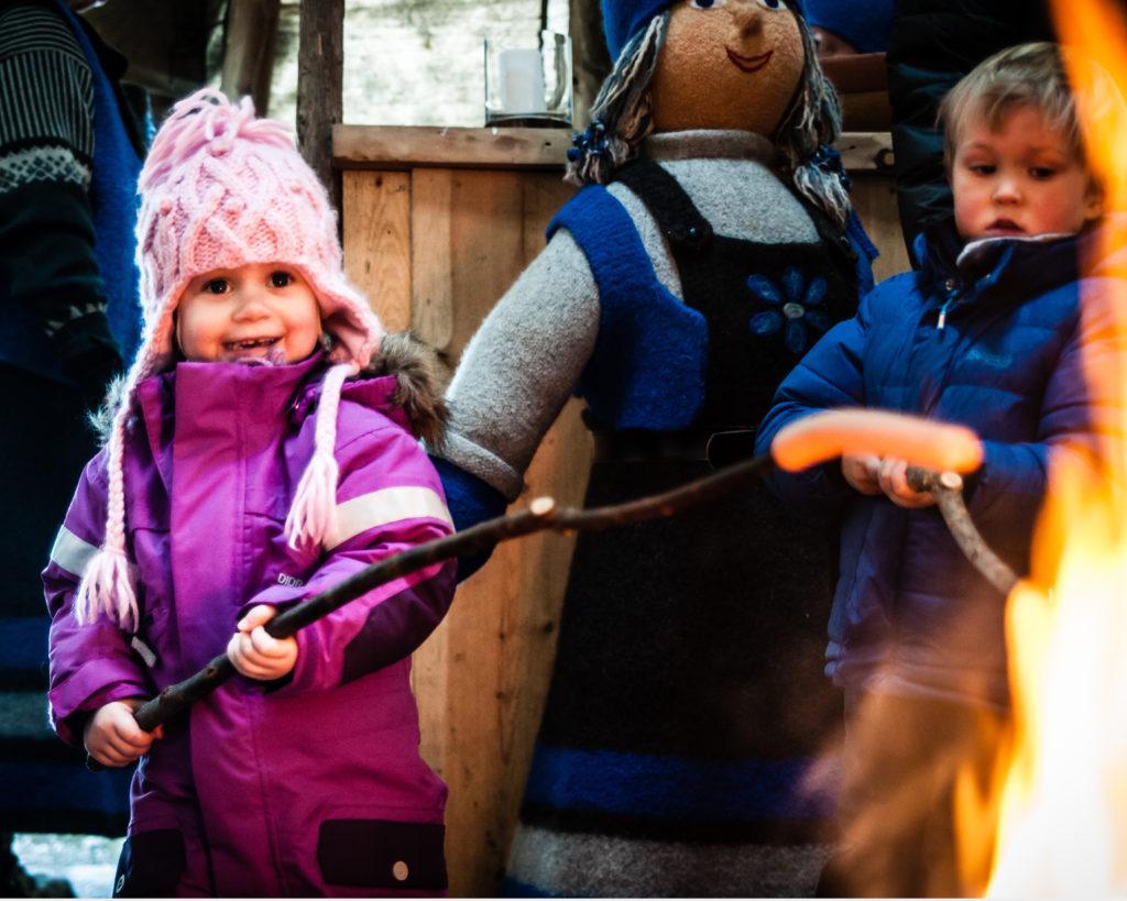 jente griller på kanefarttur