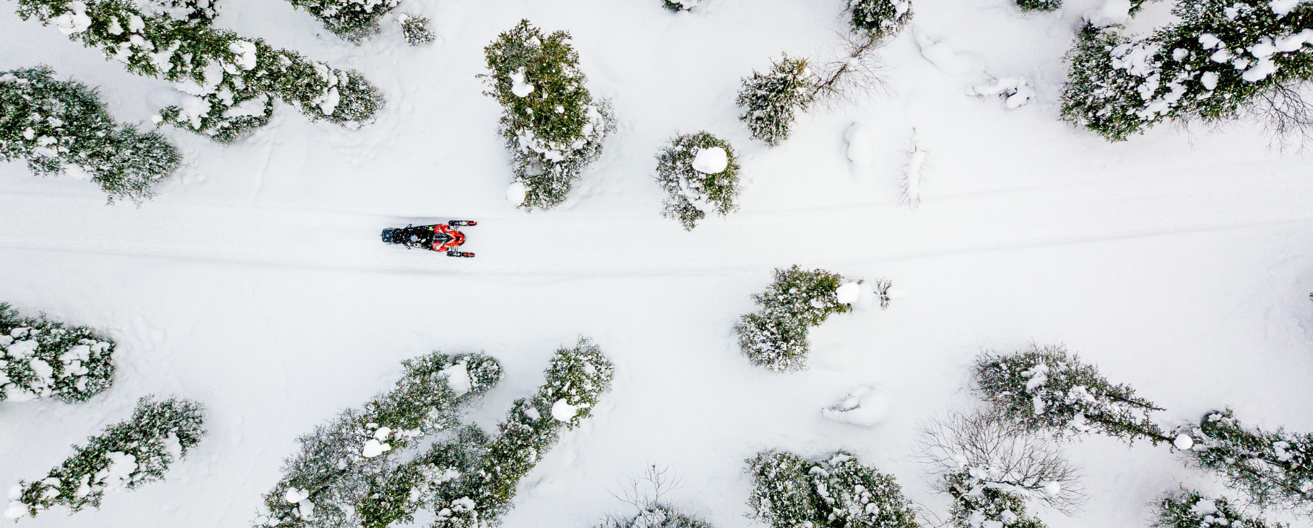 Oversiktsbilde over en som kjører snøscooter i Trysil