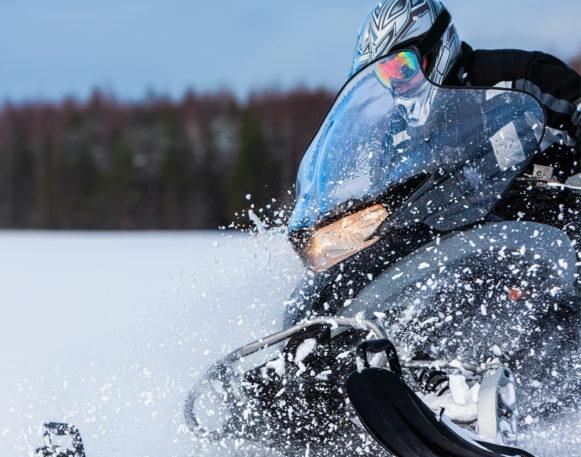 Bilde av mann som kjører snøscooter i Trysil/engerdal