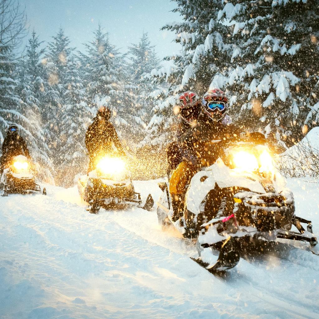 Bilde av flere som kjører snøscooter i Engerdal/Trysil
