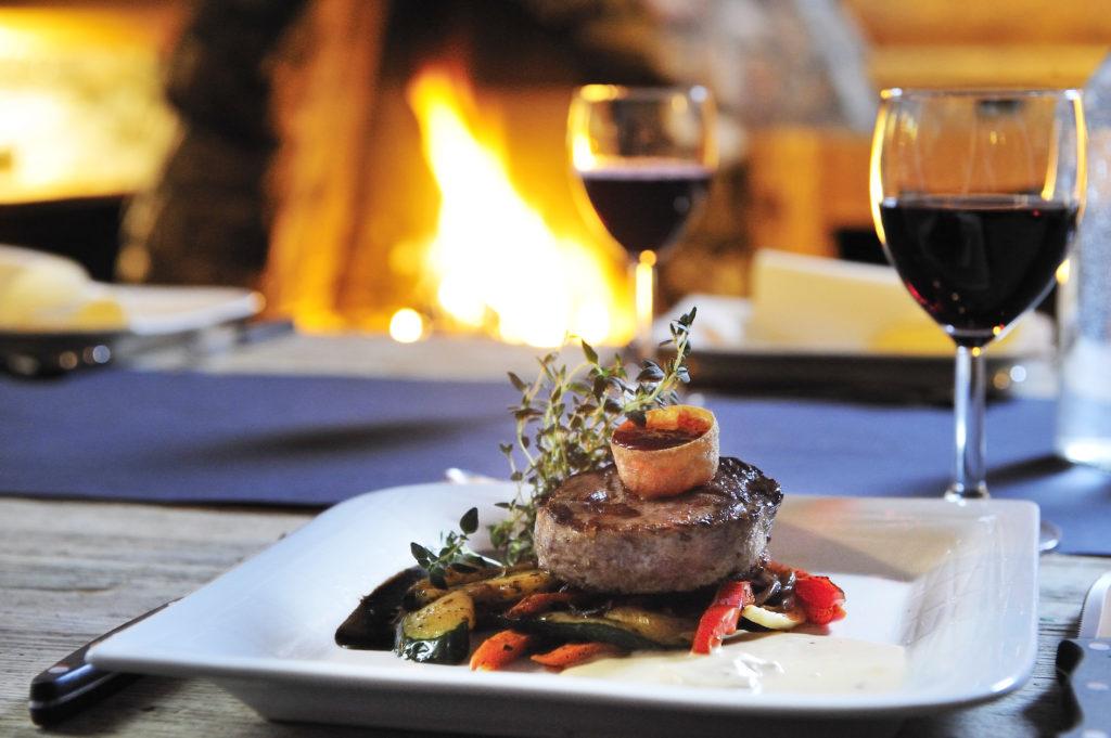 Bilde av biff og rødvin på en av Trysils mange restauranter