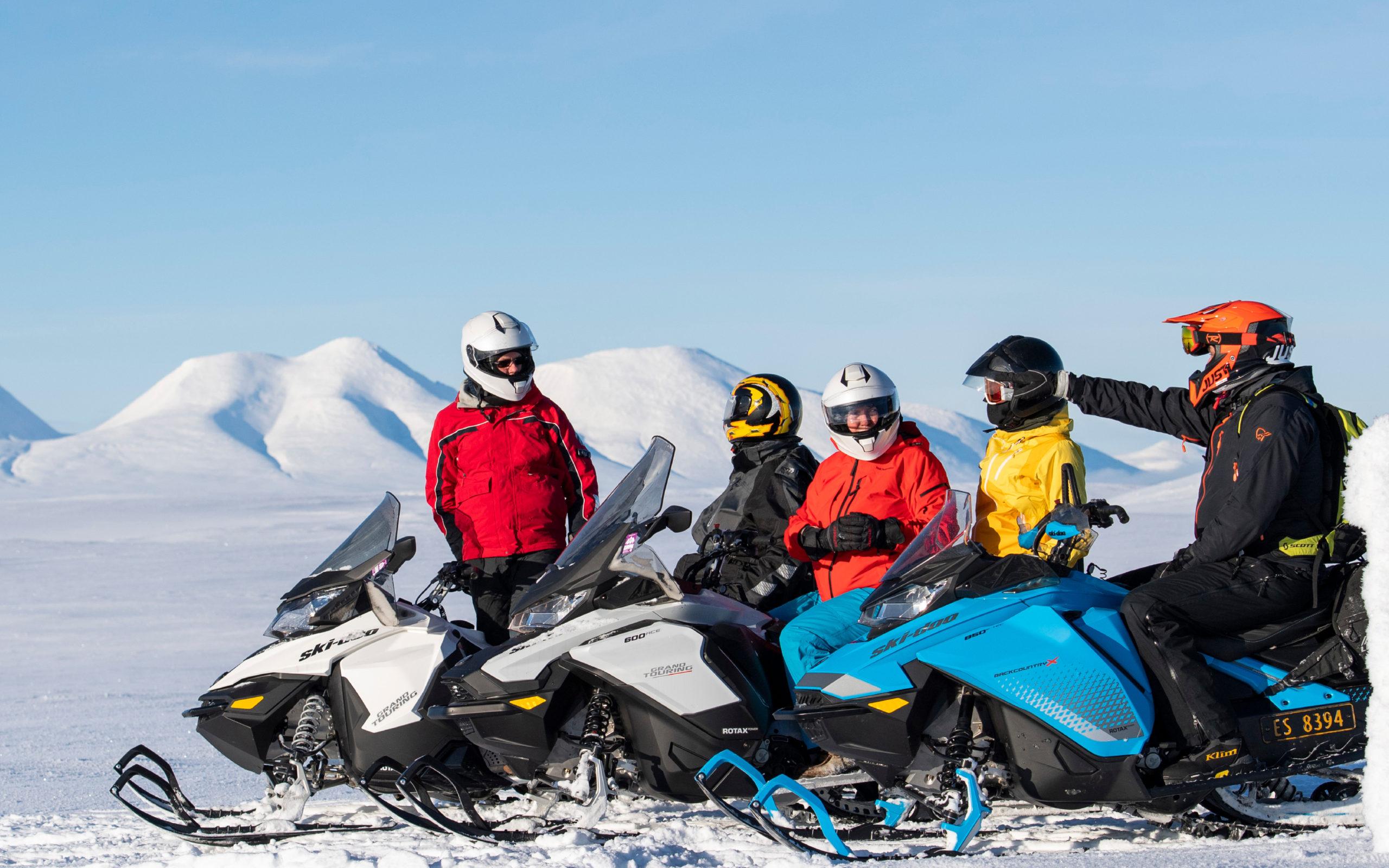 Bilde av en gjeng som er i Engerdal på guidet snøscootertur, arrangert av bookTrysilonline